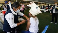 Anak-anak muda di Meksiko mengenakan kostum saat vaksinasi. Mereka yang mengenakan kostum ini akan bersaing untuk memperebutkan hadiah.