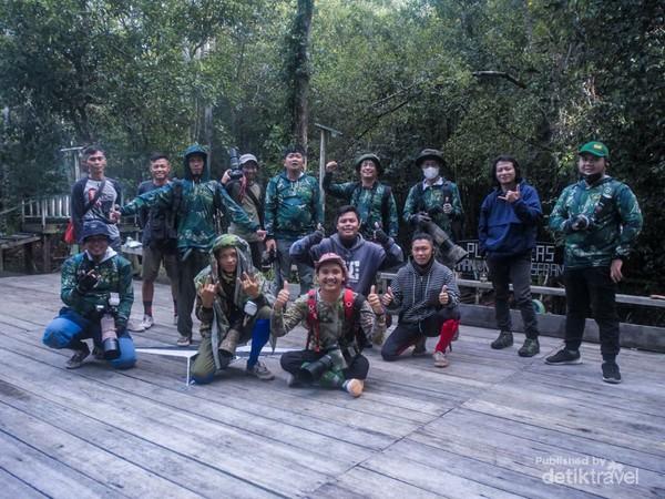 Komunitas kami memburu foto orangutan liar