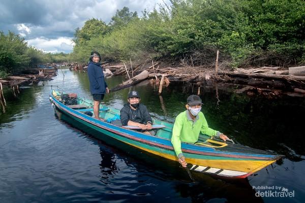 Perjalanan menyusuri Sungai Punggualas dengan perahu mesin