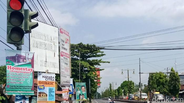 Nasib tiang traffic light di jalan-jalan protokol Kabupaten Klaten menyedihkannya. Bagaimana tidak, tiang lampu tersebut dijadikan tempat iklan yang tidak pada tempatnya.