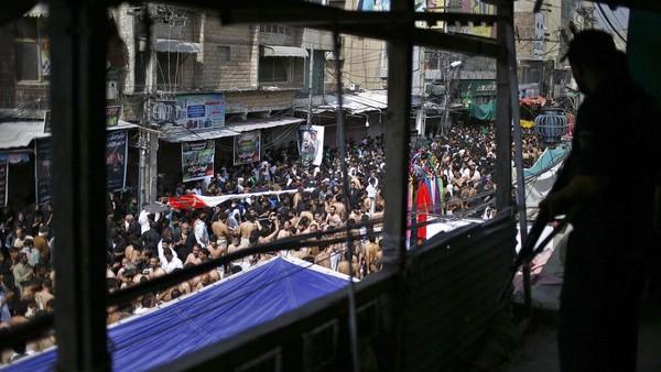 Pada masa pra-Islam, Asyura diperingati sebagai hari raya resmi bangsa Arab. Pada masa itu orang-orang berpuasa dan bersyukur menyambut Asyura. Mereka merayakan hari itu dengan penuh suka cita sebagaimana hari Nawruz yang dijadikan hari raya di negeri Iran. AP Photo/Arshad Butt