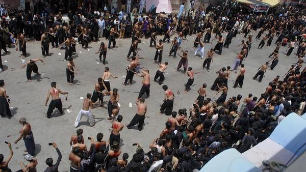 Muslim Syiah memukul dada mereka dalam sebuah ritual selama prosesi untuk menandai puncak ritual Asyura, di Quetta, Pakistan, Kamis, (19/8 2021). AP/Arshad Butt