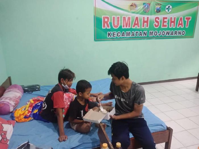 Pelajar SMA di Jombang Rawat 2 Adiknya di Tempat Isolasi Gegara Ibunya Meninggal COVID-19