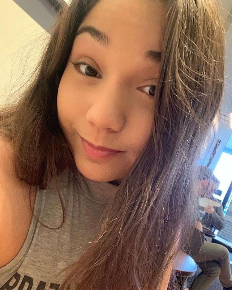 Jaclyn Castaneda adalah wanita kebangsaan Amerika yang mengisi suara Wanwan dan Commander Eva. Foto: Instagram/@princessa_jaq  Yang menjadi announcer di Mobile Legends berbahasa Inggris adalah Christina Vee. Foto: https://www.cristinavee.com/