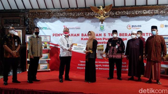 Perum Bulog Serahkan 5 Ton Beras Fortevit Kepada 12 Ponpes di Purbalingga, Jumat (20/8/2021)