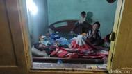 Potret 2 Bocah di Kota Malang Rawat Sang Ayah yang Terbaring Lumpuh