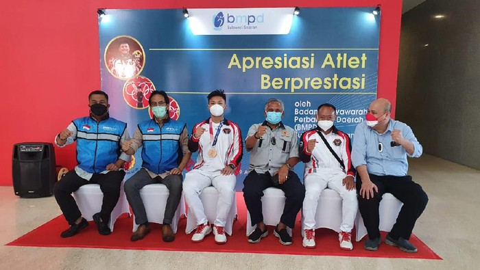 Rahmat Erwin Abdullah mendapat hadiah dalam acara Apresiasi Atlet Berprestasi di Kota Makassar, Kamis 19 Agustus 2021.