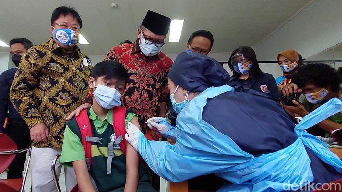 Raut wajah itu bahagia diperlihatkan Wali Kota Bandung Oded M Danial saat berbincang dengan pelajar yang hendak menjalani vaksinasi COVID-19 di Gedung Sabuga, Jumat (20/8/2021).