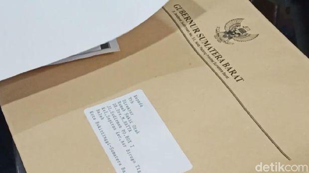 Surat sumbangan untuk penerbitan buku yang Gubernur Sumbar  (Jeka Kampai/detikcom)