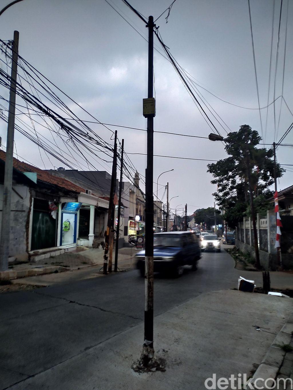 Tiang-tiang di Jl Erha dekat Tol Brigif, 20 Agustus 2020. (Athika Rahma/detikcom)