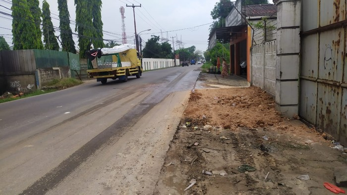 Truk mogok ditumbuhi pohon pisang tak lagi ada di pinggir Jl Raya Legok-Karawaci, Kabupaten Tangerang, 20 Agustus 2021. (Dok Istimewa)