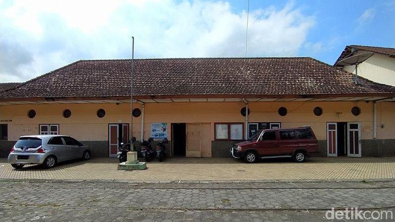 Bekas Stasiun Grabag Merbabu yang dijadikan ruang kepala sekolah, tata usaha dan guru SMP Ma'arif Grabag