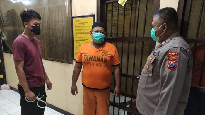 Pelaku yakni Mohammad Yulianto (41), warga Desa Tumpang, Kecamatan Talun. Pada Rabu (18/8) sekitar pukul 16.00 WIB, dia turun dari bus di Terminal Patria Kota Blitar. Pelaku kemudian menelepon temannya, Saiful Ichan (38) warga Desa Bangle, Kecamatan Kanigoro minta tolong dijemput.