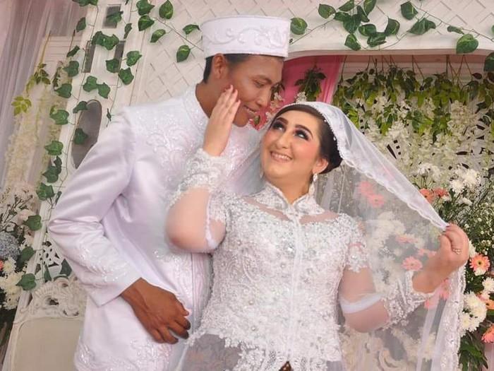 Foto pernikahan Arzum dan Awan saat menikah.