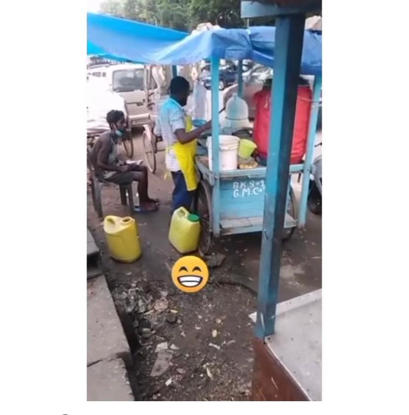 Kacau! Penjual Makanan Ini Tertangkap Buang Urine di Gerobak Jualannya