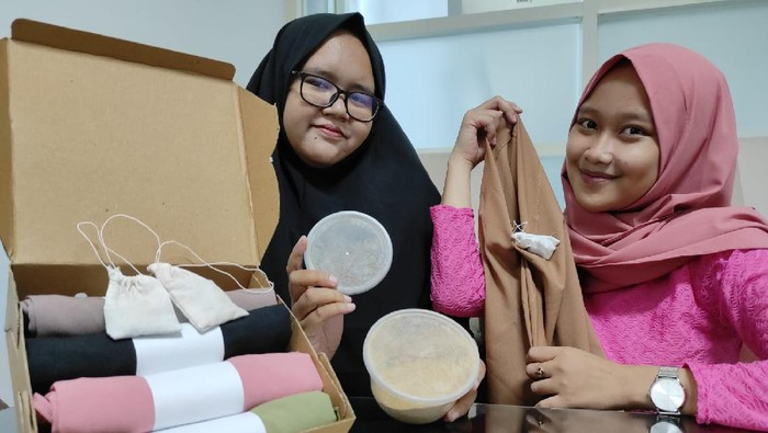 Empat mahasiswa Fakultas Kesehatan Universitas Nahdlatul Ulama Surabaya (Unusa) membuat kerudung. Kerudung tersebut disebut nyaman dan wangi.