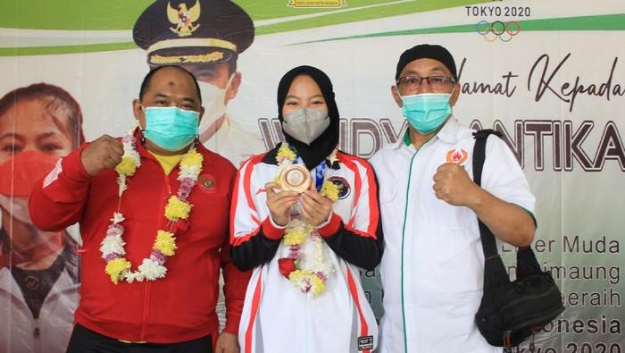 Maman Suryaman (kiri) bersama anak asuhnya peraih medali perunggu Olimpiade 2020 Windy Cantika Aisah