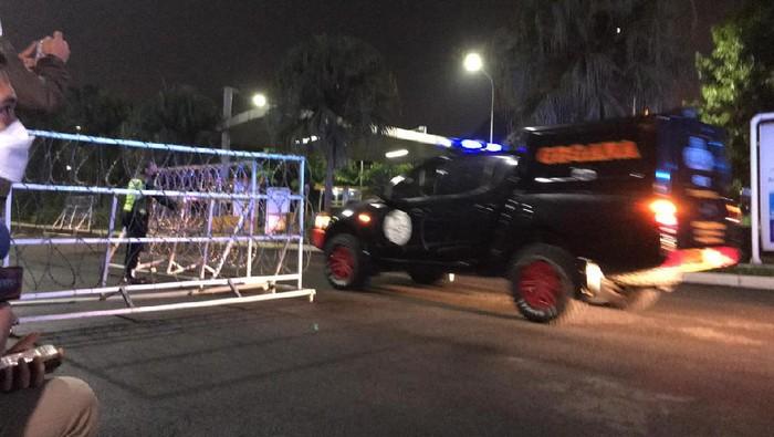 Mobil Gegana merapat ke lokasi ledakan di Mal Margo City (Firda/detikcom)