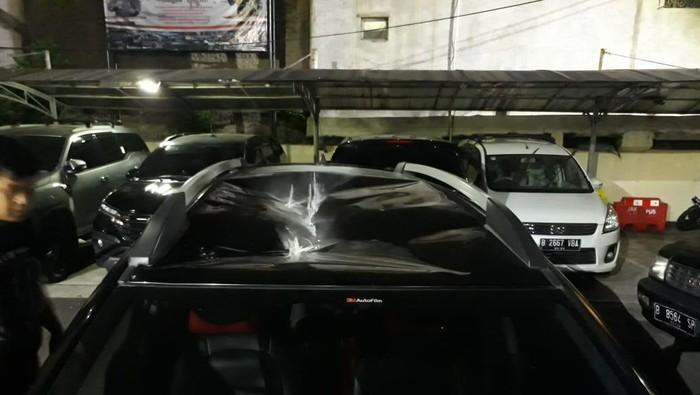 Mobil yang Dilempari Batu UM dari Atas JPO Depan DPR