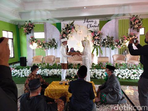 Pasangan yang menikah di tengah PPKM.
