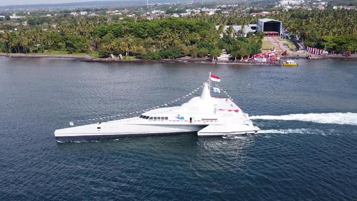 Foto udara KRI Golok-688 siap berlayar pada peluncurannya di Pantai Cacalan, Banyuwangi, Jawa Timur, Sabtu (21/8/2021). KRI Golok-688 merupakan Kapal Cepat Rudal Trimaran buatan dalam negeri oleh PT Lundin Industry Invest yang diharapkan mampu menekan ketergantungan kebutuhan alutsista yang digunakan TNI AL dari negara lain pada masa mendatang. ANTARA FOTO/Budi Candra Setya/aww.