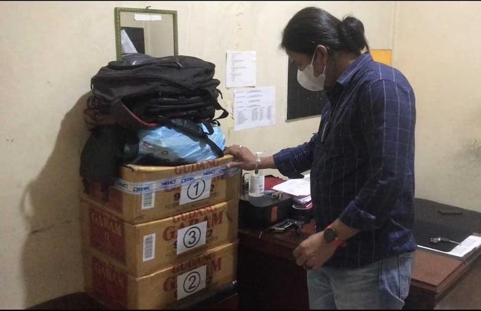 Polisi terus menyelidiki kasus surat sumbangan yang terdapat tanda tangan Gubernur Sumatera Barat (Sumbar) Mahyeldi untuk penerbitan buku. Polisi mengamankan surat tersebut lebih dari tiga dus yang belum disebar.