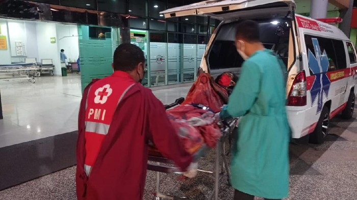 Siswoyo (50) terbaring lumpuh di tempat tidur sejak tiga pekan lalu. Kini Polresta Malang Kota membawa Siswoyo (50) ke RS dr Syaiful Anwar (RSSA).