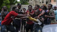 Warga Korban Gempa Haiti Rebutan Sembako