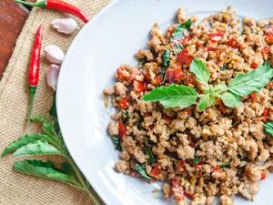 Resep Ayam Tumis Basil Khas Thailand yang Pedas Aromatik