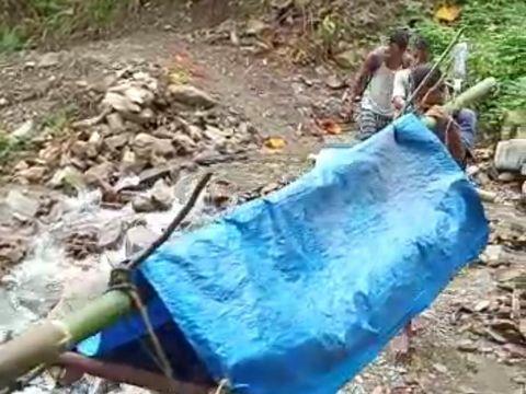 Seorang ibu di Kabupaten Seram Bagian Barat, Maluku, harus ditandu sejauh 37 km untuk melahirkan karena tak ada puskesmas dan nakes (dok Istimewa)