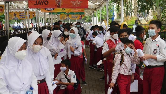 Dinas Pendidikan (Disdik) Kota Cimahi terus menggenjot pelaksanaan vaksinasi COVID-19 bagi pelajar usia 12-17 tahun. Total ada 21 ribu anak sasaran vaksinasi COVID-19.