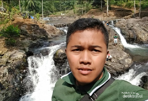 Penulis di Curug Leuwi Bumi Pandeglang