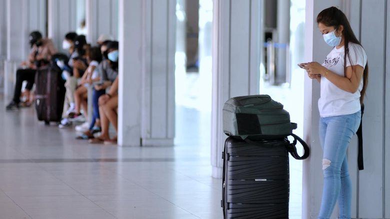 Calon penumpang pesawat udara menunggu jadwal keberangkatan di Terminal Domestik Bandara Internasional I Gusti Ngurah Rai, Badung, Bali, Sabtu (21/8/2021). Menurut pengelola bandara tersebut, terjadi peningkatan jumlah rata-rata penumpang harian sekitar 10-15 persen setelah pemberlakuan aturan syarat perjalanan antar Pulau Jawa-Bali yang bisa menggunakan hasil tes COVID-19 berbasis Antigen bagi penumpang yang telah menerima vaksin COVID-19 dosis lengkap dan diprediksikan jumlah tersebut akan terus meningkat dengan turunnya tarif tes COVID-19 berbasis Polymerase Chain Reaction (PCR). ANTARA FOTO/Fikri Yusuf/rwa.