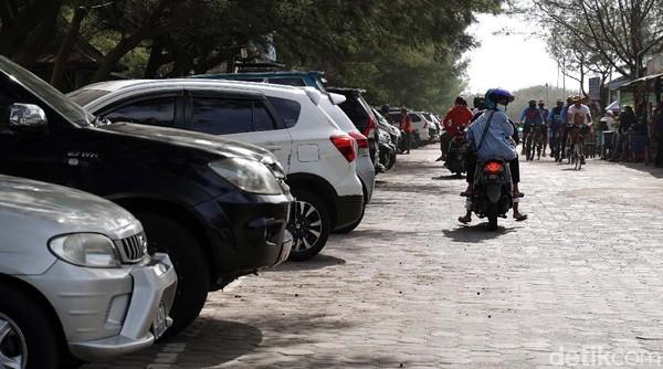 Sejumlah kantong parkir di objek wisata pantai Parangtris ini tampak penuh kendaraan para wisatawan dari Kota Yogyakarta dan sekitarnya.