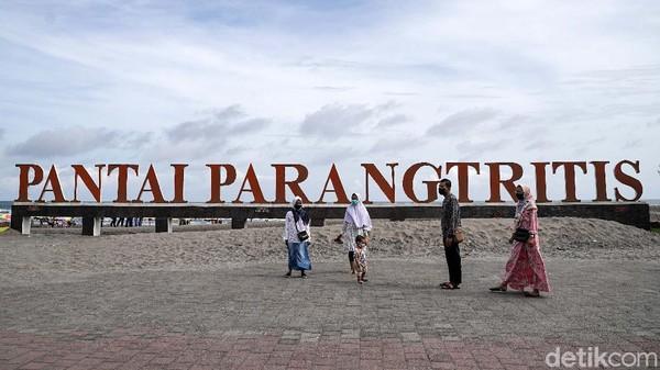 Meski masa PPKM belum usai dan objek wisata belum dibuka, namun masyarakat sudah kangen piknik dan berbondong bondon mendatangi objek wisata pantai Parangtritis di Bantul, Daerah Istimewa Yogyakarta, Minggu (22/8).