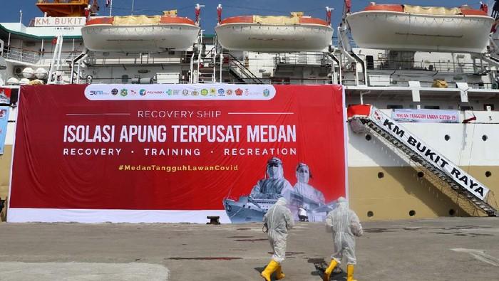 Kapal isolasi apung dari PT Pelayaran Nasional Indonesia atau PT Pelni hadir di Kota Medan. Walikota Medan Bobby Nasution meninjau kapal ini.