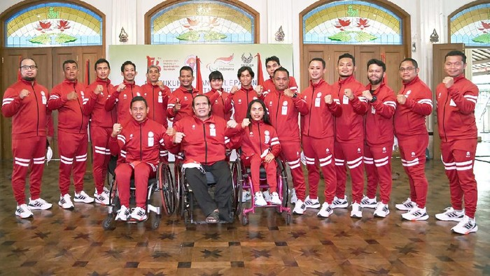 Ketua National Paralympic Committee (NPC) Indonesia Senny Marbun bersama Kontingen Paralimpiade Indonesia.