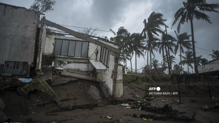 View of a construction damaged by the landfall of Hurricane Grace in Tecolutla, Veracruz, Mexico, on August 21, 2021. - Hurricane Grace lashed eastern Mexico with heavy rain and strong wind on Saturday, causing flooding, power blackouts and damage to homes as it gradually lost strength over the mountainous interior. (Photo by VICTORIA RAZO / AFP)