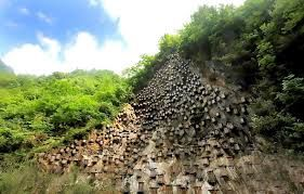 Ngeri-ngeri Manis! Penangkaran Lebah Madu Ini Ada di Tebing Tinggi yang Curam