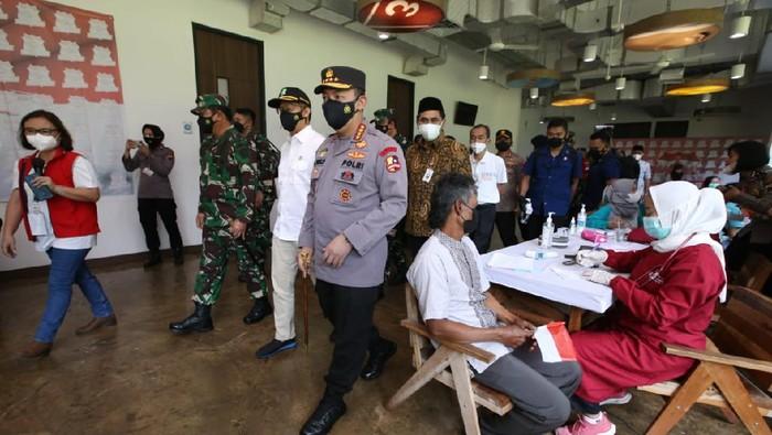 Panglima TNI, Kapolri dan Menkes Tinjau Vaksinasi Buruh