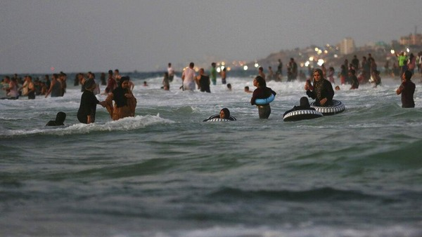 Mereka juga nampak mengajak keluarga untuk bermain di pantai.