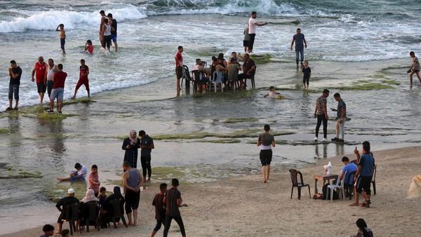 Beberapa dari mereka juga memanfaatkannya untuk berjemur di pantai.