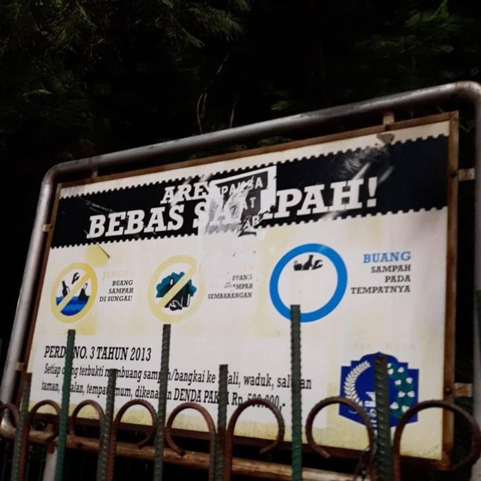 Satpol PP Copot Selebaran Dipaksa Sehat di Negara yang Sakit di Jaktim
