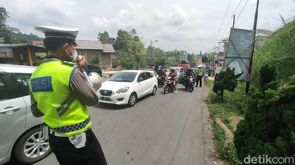 Ratusan kendaraan wisatawan yang akan masuk kawasan wisata Tawangmangu, Karanganyar, diputarbalik oleh petugas kepolisian. Penyekatan dilakukan di jalur utama masuk kawasan wisata Tawangmangu. (Andika Tarmy/detikTravel)
