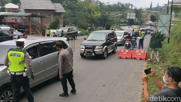 Ratusan kendaraan diputarbalik di pintu masuk kawasan wisata Tawangmangu, Karanganyar, Minggu (22/8).