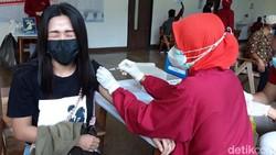 Vaksinasi COVID-19 yang menyasar para buruh di Solo Raya terus digenjot. Kapolri menargetkan 100.000 buruh di Solo Raya sudah divaksin Agustus ini.