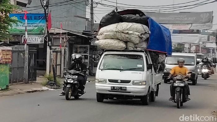 Sebuah mobil pikap dengan muatan melebihi kapasitas melintas di wilayah Cirendeu, Tangsel. Mobil 'obesitas' ini tentunya dapat membahayakan pengendara lainnya.