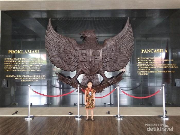 Relief Garuda dengan teks Proklamasi dan teks Pancasila di sisi kiri dan kanannya