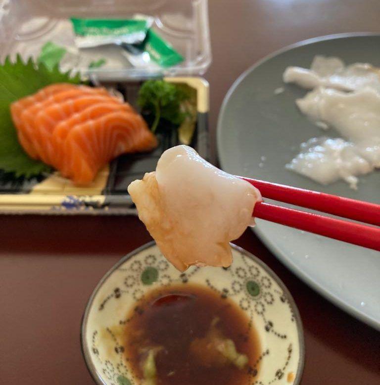 Cara makan kelapa unik dicocol pakai shoyu dan wasabi
