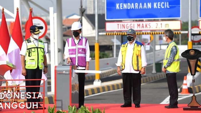 Presiden Joko Widodo (Jokowi) meresmikan Tol Dalam Kota segmen Pulo Gebang-Kelapa Gading. Gubernur DKI Jakarta Anies Baswedan turut serta mendampingi Jokowi.